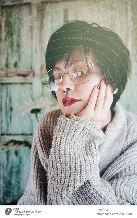 Porträt einer jungen Frau mit Brille Lifestyle Stil schön Haare & Frisuren Schminke Mensch feminin Junge Frau Jugendliche Erwachsene 1 18-30 Jahre Pullover