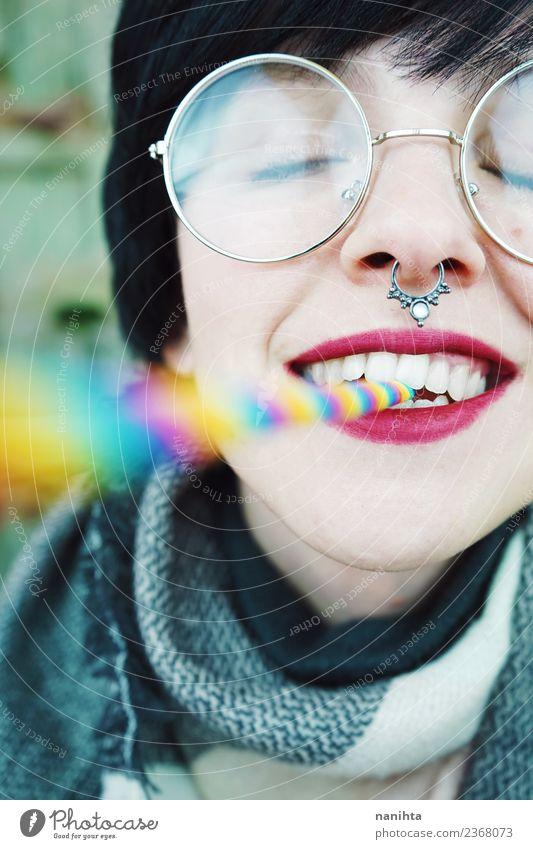 Junge und glückliche Frau mit einem Regenbogenstrohhalm im Mund. Lifestyle Stil exotisch Freude schön Haare & Frisuren Haut Gesicht Wellness Leben
