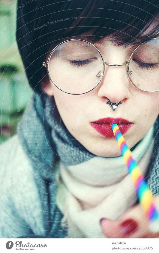 Junge Frau trinkt mit einem Regenbogenstrohhalm. Getränk trinken Lifestyle Stil Design Haut Gesicht Feste & Feiern Geburtstag Mensch feminin Jugendliche
