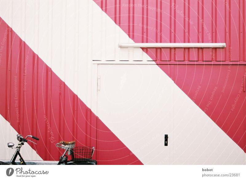 Die schlüpferfarbene Wand und der Esel weiß Tür Fahrrad rosa violett Tor purpur Wellblech