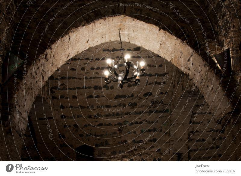 #236816 Mauer Wand dunkel Stimmung Angst Bogen Torbogen Leuchter gruselig Mittelalter Kellergewölbe Lampe Gewölbebogen Farbfoto Gedeckte Farben Innenaufnahme