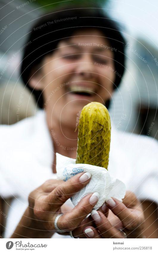 Zonen-Gabi Lebensmittel Gewürzgurke Gurke Nagellack Mensch Frau Erwachsene Kopf Hand Finger Fingernagel 1 45-60 Jahre lachen groß lecker lustig grün Freude