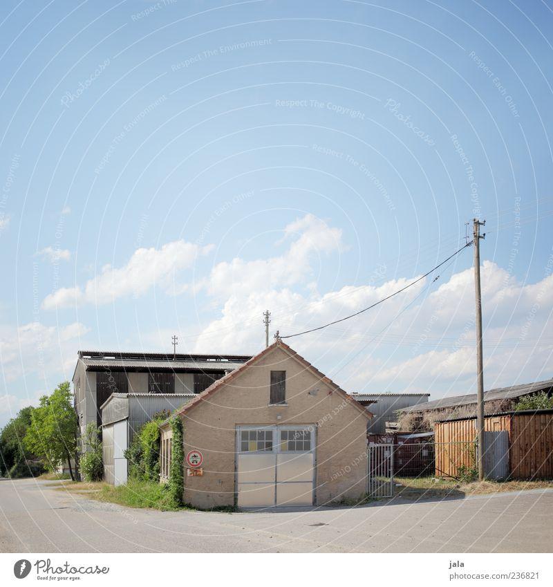 aussiedlerhof Himmel Pflanze Baum Sträucher Haus Bauwerk Gebäude Architektur Strommast hell Farbfoto Außenaufnahme Menschenleer Textfreiraum oben Tag Dorf