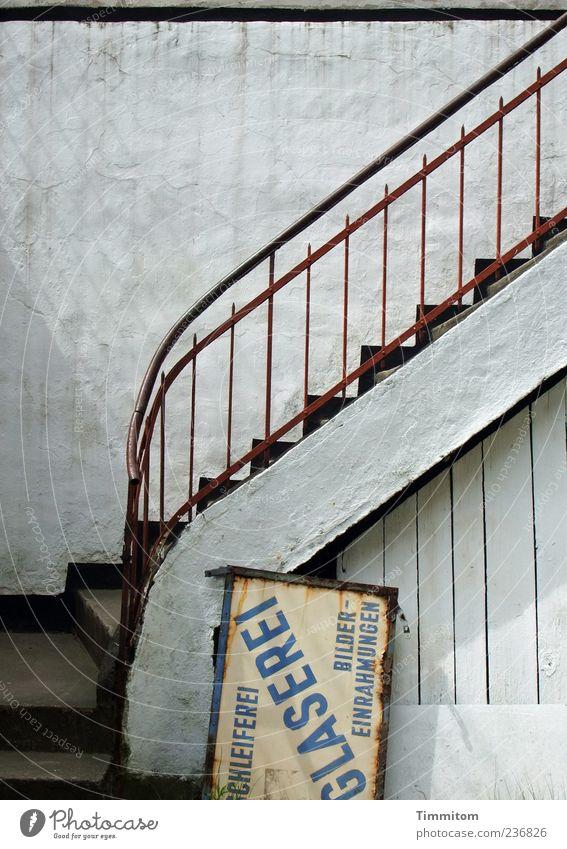 Der Aufstieg ist möglich!! alt weiß ruhig Wand Holz Stein Mauer Metall Zufriedenheit Treppe Schilder & Markierungen authentisch trist einfach Beruf Werbung