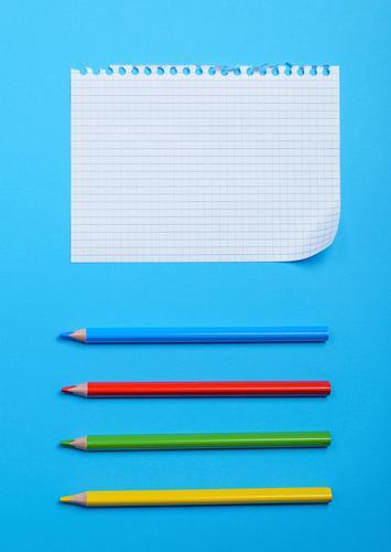 weißes leeres Blatt Schule Papier Schreibstift Holz blau gelb grün rot Gesellschaft (Soziologie) Idee Bleistift angewinkelt Eckstoß Golfloch Notizbuch