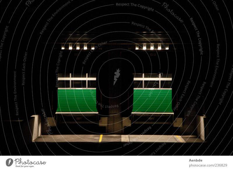 ein Gesicht Industrieanlage ästhetisch dunkel Tor grün Lagerhaus Einfahrt Beleuchtung Farbfoto Außenaufnahme Menschenleer Nacht Kunstlicht Lichterscheinung