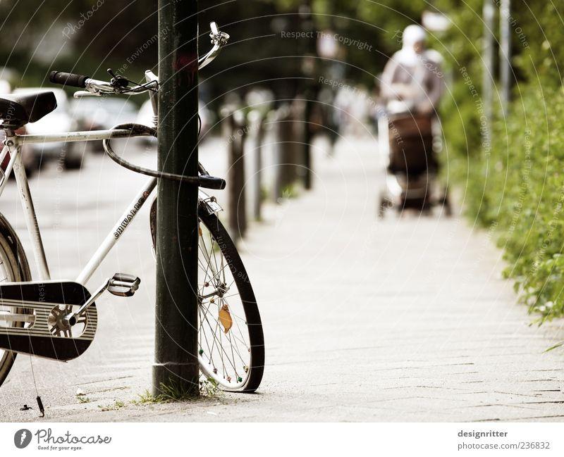 In Düsseldorf ist die Luft raus Frau Stadt Einsamkeit Erwachsene Straße Familie & Verwandtschaft Fahrrad trist leer Armut kaputt Spaziergang Mutter Bürgersteig