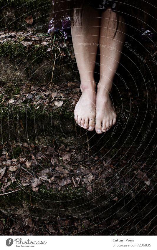 You swore you'd never tell... Frau Blatt Einsamkeit Erwachsene dunkel feminin Gras Fuß warten sitzen Treppe Sträucher dünn brünett trashig hängen