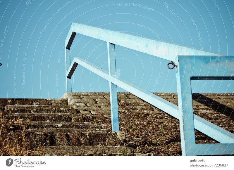 Aufwärts Himmel alt blau oben braun Treppe hoch trist Vergänglichkeit Geländer Vergangenheit Verfall Rost Treppengeländer trashig aufwärts