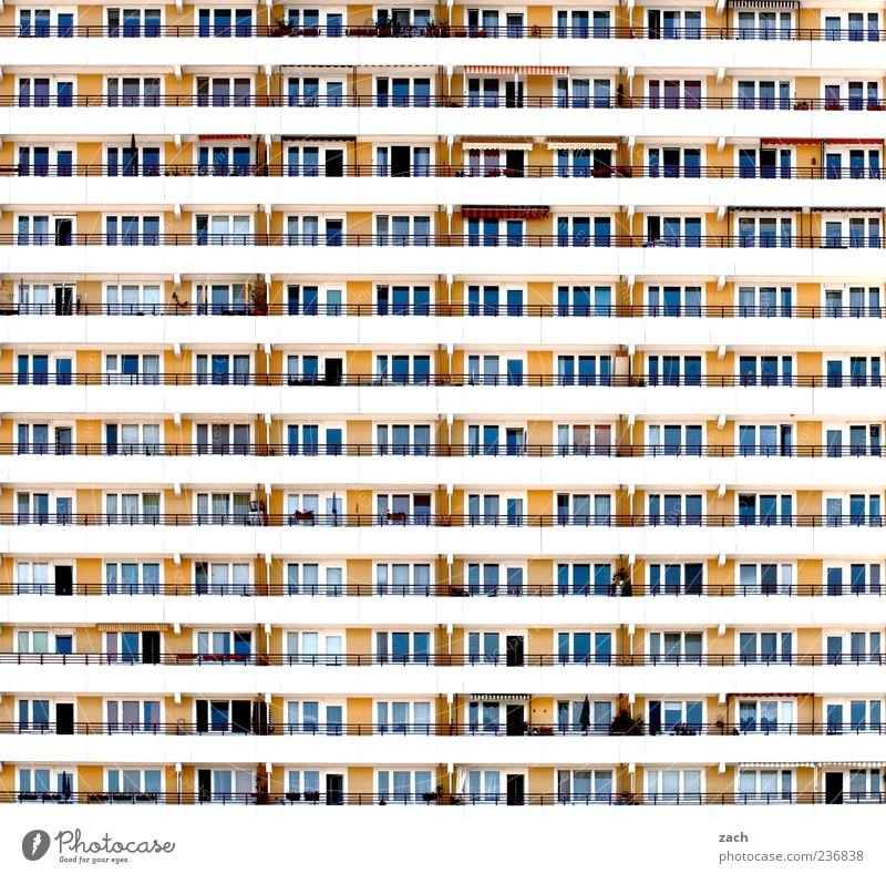 Nachbarschaft Stadt Einsamkeit Haus gelb Fenster Wand Berlin Architektur Mauer Gebäude Linie Fassade Beton Hochhaus Häusliches Leben trist