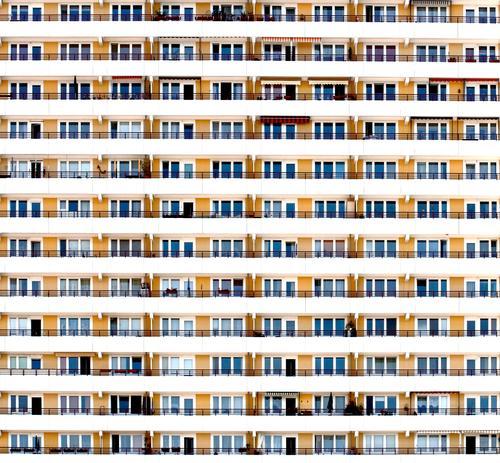 Nachbarschaft Stadt Hauptstadt überbevölkert Haus Hochhaus Bauwerk Gebäude Architektur Platte Plattenbau Mauer Wand Fassade Balkon Fenster Beton