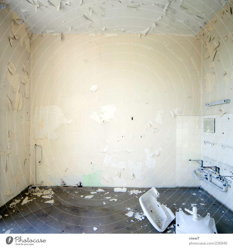 clash :: alt Einsamkeit Haus Wand Stein Mauer Linie Raum dreckig Beton authentisch Häusliches Leben kaputt Wandel & Veränderung Streifen einzigartig