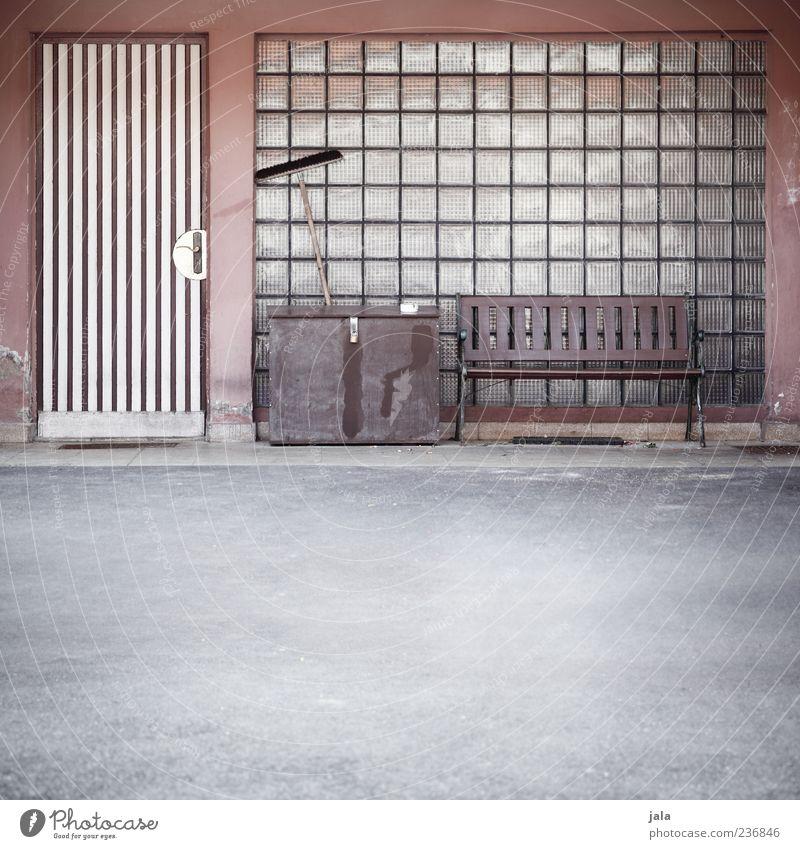 sitzplatz Bauwerk Gebäude Architektur Fenster Tür Glasbaustein trist Bank Besen Truhe Farbfoto Außenaufnahme Menschenleer Textfreiraum unten Tag Asphalt Eingang