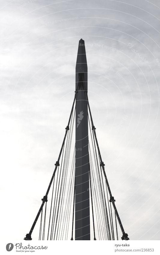 emporragend. Himmel Wolken kalt Architektur grau Stil Metall Linie Horizont Kraft hoch Beton ästhetisch Brücke Perspektive Sicherheit