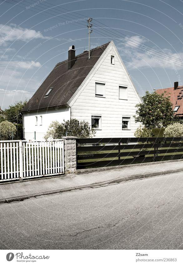 durchschnitt Himmel Baum Wolken Haus ruhig Straße Wege & Pfade Garten Ordnung ästhetisch Perspektive Häusliches Leben Sicherheit Sträucher trist retro