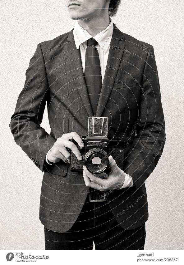 Locker aus der Hüfte Mensch Jugendliche Hand schön Erwachsene Stil elegant außergewöhnlich maskulin modern authentisch 18-30 Jahre retro Junger Mann Fotokamera dünn