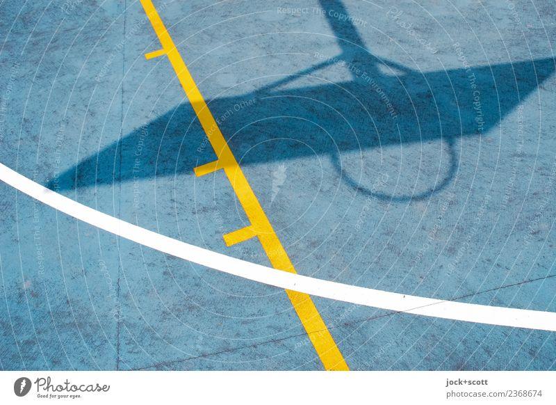 Schattenwurf auf Basketballfeld Basketballkorb Basketballplatz Australien Linie unten Wärme blau gelb Stimmung Tatkraft Wachsamkeit Design Qualität Surrealismus