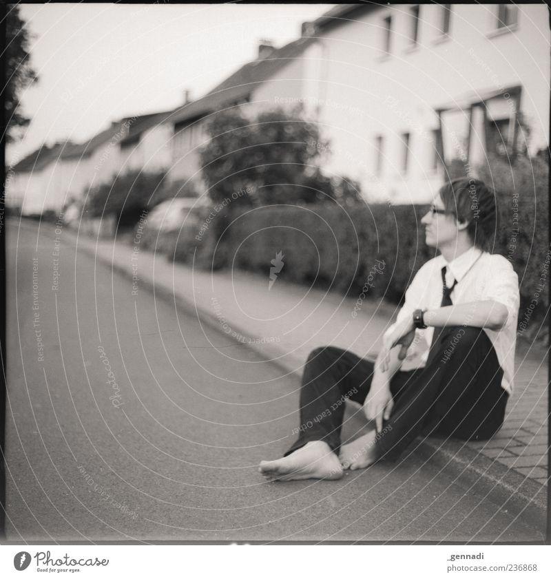 Hier sein Mensch Jugendliche schön ruhig Erwachsene Erholung Straße Zufriedenheit warten sitzen maskulin Junge Frau 18-30 Jahre einzigartig Bürgersteig Hemd