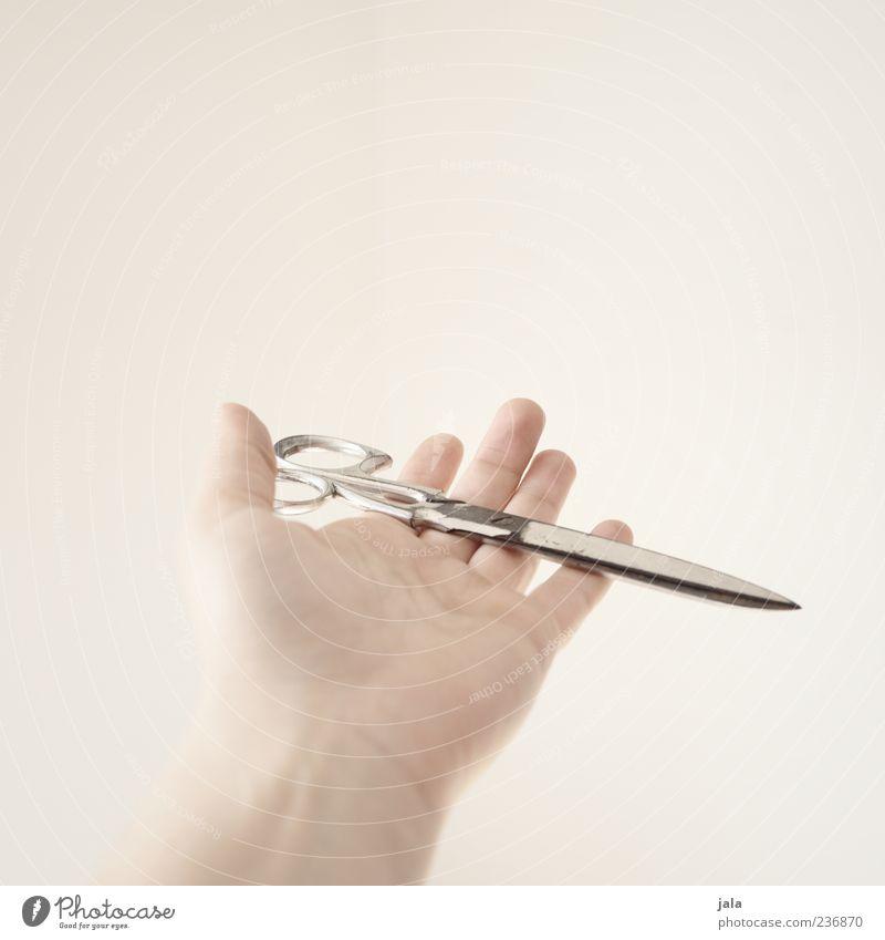 schere Hand weiß hell Finger zeigen tragen geben Schere Werkzeug haltend