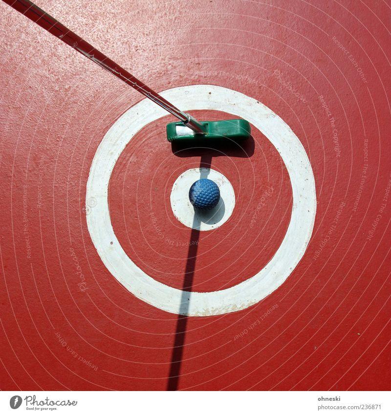 Eine ruhige Kugel schieben Minigolf Ausflug Ballsport Golfball Minigolfschläger Sportstätten Sonnenlicht rund rot Spielen Abschlag Punkt Kreis Farbfoto