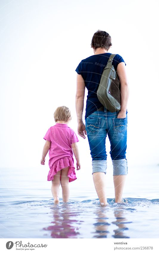 Mutter und Tocher Kind Frau Erwachsene Eltern 2 Mensch Wasser Hose Kleid Tasche gehen mehrfarbig Außenaufnahme Innenaufnahme Textfreiraum links