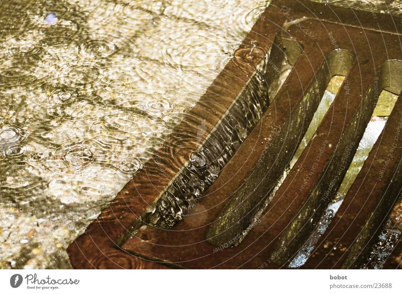 waterdown Regen Wellen Reflexion & Spiegelung Trauer nass feucht Wasser Gully Abfluss Traurigkeit kräuseln Überschwemmung Kopfsteinpflaster Rost