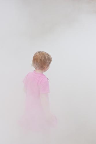 Kind im Nebel Mädchen Kopf Haare & Frisuren 1 Mensch 3-8 Jahre Kindheit Luft Kleid grau rosa Gedeckte Farben Außenaufnahme Hintergrund neutral Tag