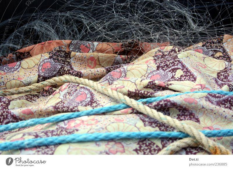 Fritz F. packt ein Arbeit & Erwerbstätigkeit Netz blau Seil Fischernetz Stoff Muster verpackt Farbfoto Gedeckte Farben Außenaufnahme Strukturen & Formen