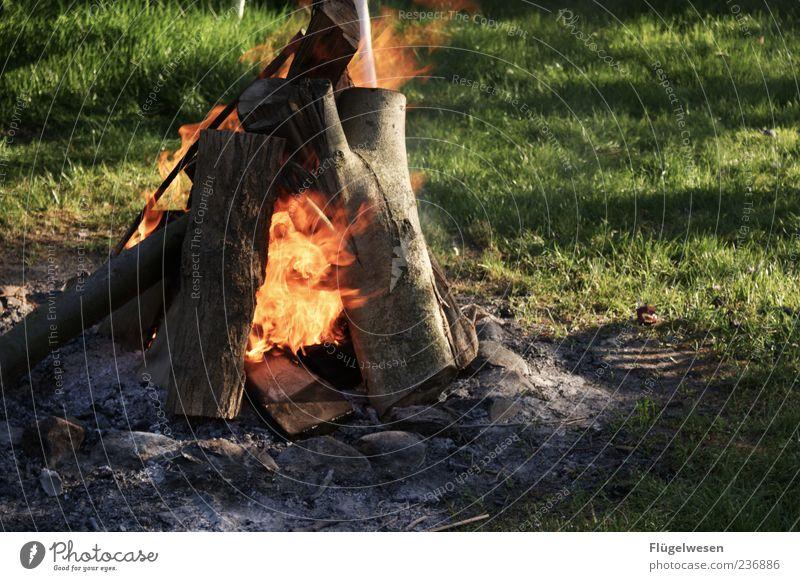 Lagerfeuer Sommer Holz Gras Kraft Freizeit & Hobby Feuer heiß Veranstaltung brennen Flamme Feuerstelle Brandasche Brennholz anzünden Scheiterhaufen