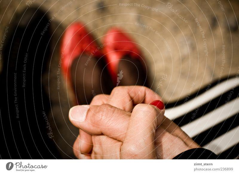 Hand(s) im Glück Mensch weiß Hand rot schwarz Erwachsene Glück Paar Fuß Freundschaft Zusammensein glänzend Beginn stehen Finger Streifen