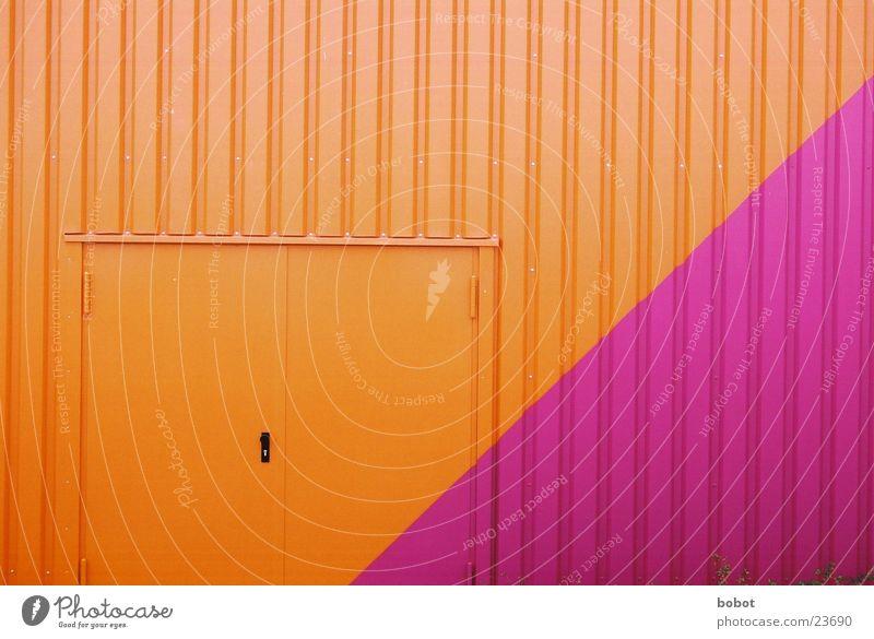 Farben die die Welt nicht braucht orange Architektur Tür Industriefotografie violett Burg oder Schloss Tor Lagerhalle purpur Wellblech Türknauf