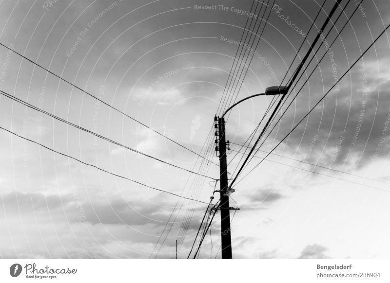 Dorfstraße Wolken Einsamkeit Straße grau Lampe Energiewirtschaft Energie Elektrizität Kabel Telekommunikation Technik & Technologie Straßenbeleuchtung Strommast Leitung schlechtes Wetter Hochspannungsleitung