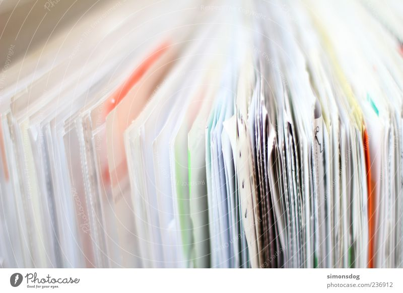 verzettelt Schreibwaren Papier Zettel Aktenordner Arbeit & Erwerbstätigkeit lernen Ordnung unordentlich Rechnungen Papierkram mehrfarbig Suche Haufen