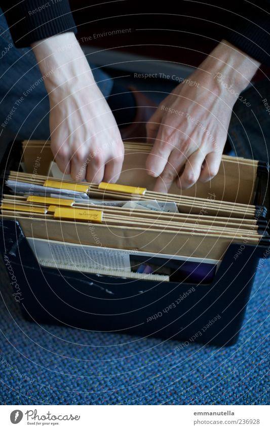 Aktenzeichen xy Mensch Hand Arbeit & Erwerbstätigkeit elegant Ordnung maskulin Papier Suche Neugier Zettel wählen Aktenordner Gefäße Schreibwaren Büroarbeit