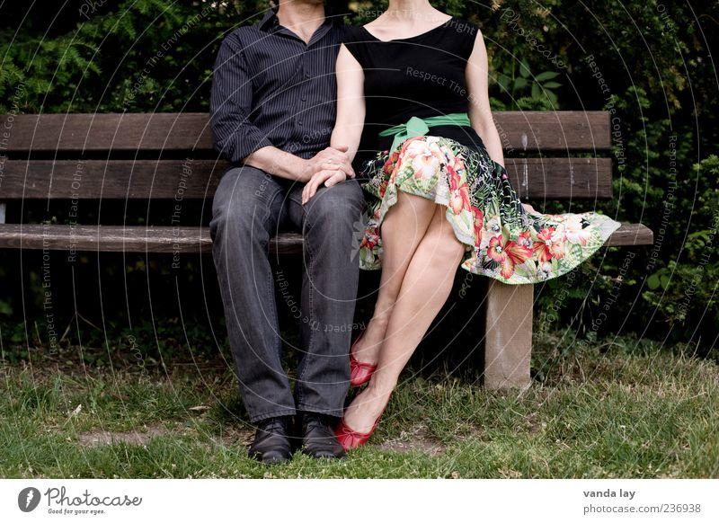 kopflos Mensch Frau Natur Mann Jugendliche rot Erwachsene Liebe feminin Glück Mode Paar Park Zusammensein Schuhe 18-30 Jahre