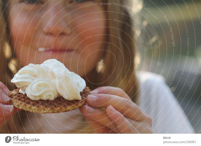 Süß macht Backen glücklich rund Lebensmittel Kuchen Süßwaren Ernährung Essen Fingerfood Mädchen Kindheit Kopf Gesicht Mund Lippen Hand 1 Mensch 8-13 Jahre
