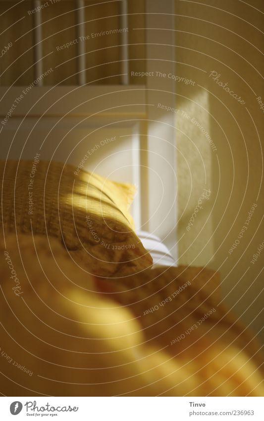 Bettgeflüster Häusliches Leben Wohnung Schlafzimmer Fröhlichkeit frisch gelb Bettwäsche gemütlich weiß Farbfoto Innenaufnahme Menschenleer Morgen Licht Schatten