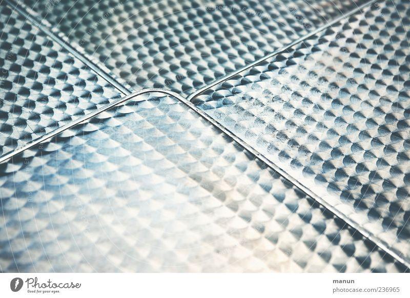 Bistro Metall Design Tisch authentisch Lifestyle einfach Gastronomie Stahl Möbel silber Oberfläche Muster Oberflächenstruktur Gartentisch Stahlblech