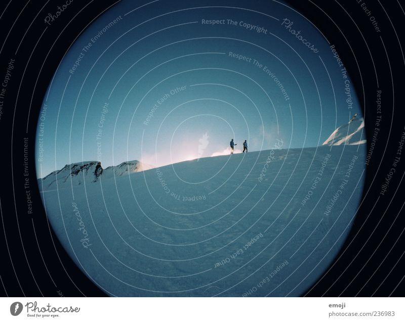 zweisam einsam. Mensch Himmel Natur blau Winter Umwelt kalt Schnee Berge u. Gebirge Eis Wind Frost Skifahren Alpen Schönes Wetter Schneelandschaft