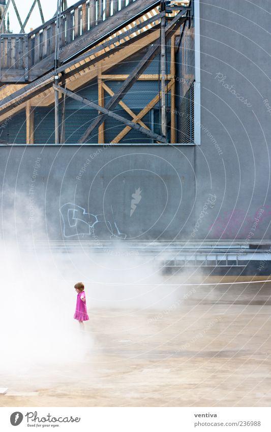 Little Miss Pink Mädchen Wand Architektur grau klein Gebäude Mauer rosa Treppe Hochhaus Neugier Kleid Kleinkind Stadtzentrum Terrasse Staub