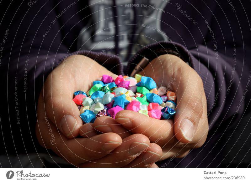 Sternsammler Mann Hand schön Freude Erwachsene Glück Finger Stern (Symbol) Papier einzigartig viele festhalten nah dünn zeigen Pullover