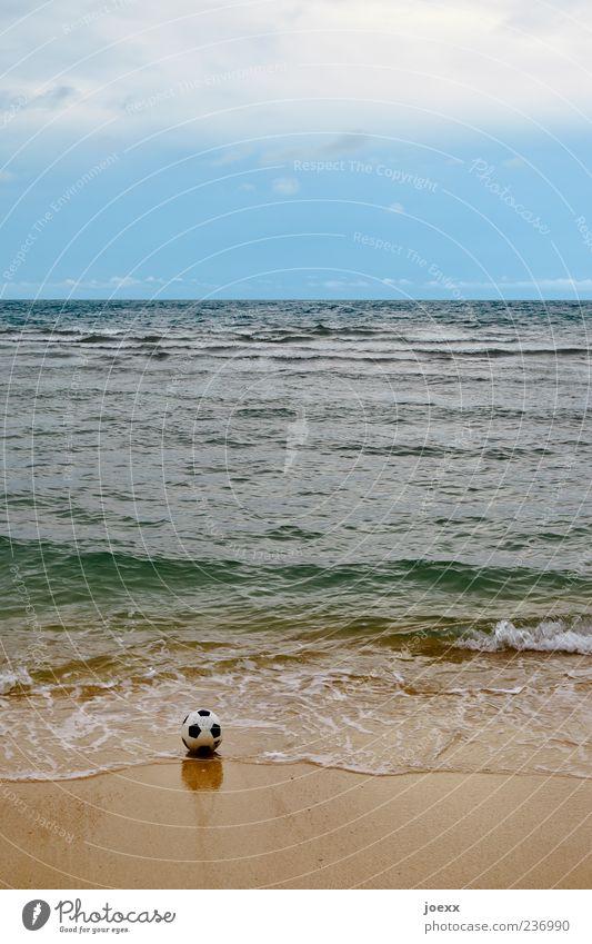 Strandgut Ballsport Sand Wasser Himmel Wolken Horizont Sommer Wellen Küste Meer blau braun grün schwarz weiß Farbfoto Gedeckte Farben Außenaufnahme Menschenleer