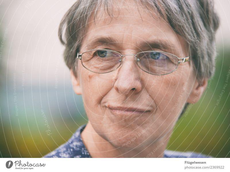Endlich Rentner Wohlgefühl Zufriedenheit Mensch feminin Weiblicher Senior Frau Mutter Erwachsene 1 60 und älter festhalten Frühlingsgefühle Vorfreude