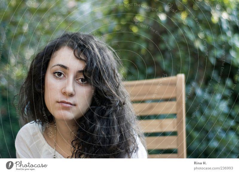 Müde feminin Junge Frau Jugendliche 1 Mensch 18-30 Jahre Erwachsene Natur Garten Haare & Frisuren brünett langhaarig Locken authentisch Coolness schön grün
