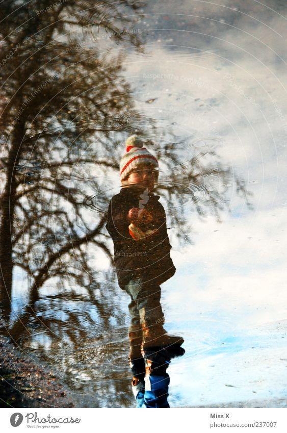 Pfütze Mensch Kind Wasser Straße kalt Wege & Pfade Wetter Kindheit dreckig nass stehen Kleinkind Mütze schlechtes Wetter hüpfen