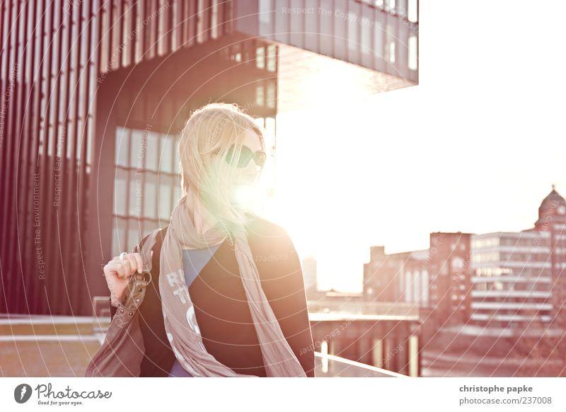 summer in the city II Mensch Jugendliche Ferien & Urlaub & Reisen Erwachsene feminin blond Ausflug Hochhaus Junge Frau 18-30 Jahre Brille Sonnenbrille