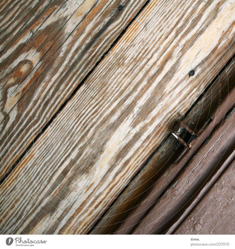 Open House Area Holz alt braun Farbe Türschwelle Türanker parallel diagonal Maserung Fuge Metallwaren Farbfoto Innenaufnahme Detailaufnahme Strukturen & Formen