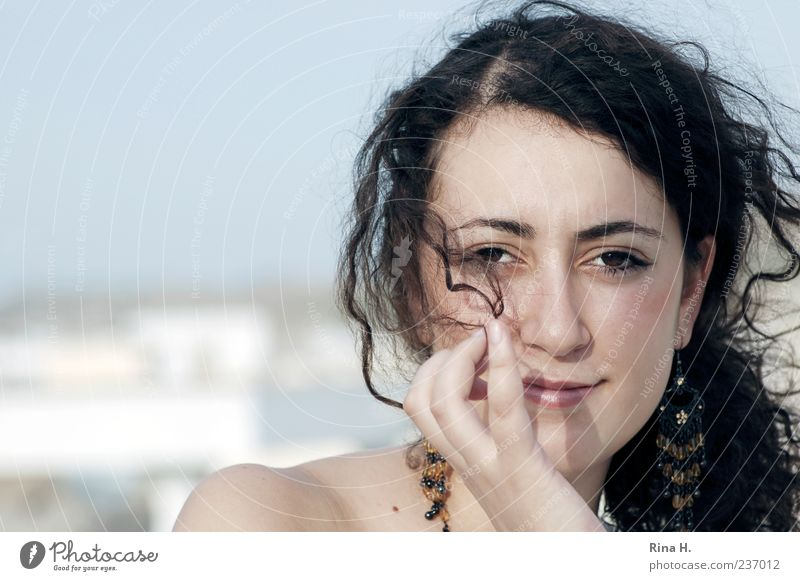 Im Wind Mensch Jugendliche schön Erwachsene feminin Gefühle Haare & Frisuren Glück hell Zufriedenheit Junge Frau authentisch 18-30 Jahre Lächeln Locken Schmuck