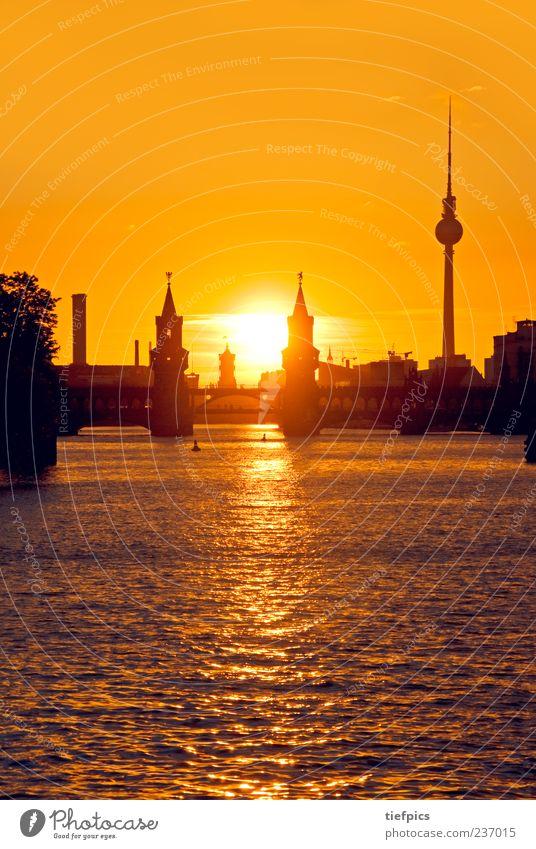 berlin abendglut Wasser rot Sommer gelb Berlin orange gold Tourismus Brücke Fluss Skyline Wahrzeichen Sehenswürdigkeit Berliner Fernsehturm Kreuzberg Spree