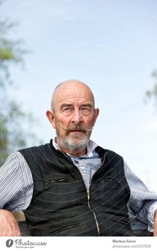 Senior Mensch maskulin Mann Erwachsene 1 60 und älter Blick sitzen alt Generation Bart Weste schwarz Himmel Farbfoto Außenaufnahme Textfreiraum oben Tag